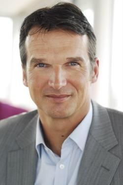 Klaus Brinkbäumer grüßt als Autor beim Tennis Magazin (Foto: Michael B. Rehders / Der Spiegel)