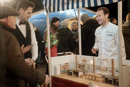 Starkoch Jan-Phillip Cleusters serviert kleine Portionen auf dem Hamburger Weihnachtsmarkt, um auf Hunger in der Welt aufmerksam zu machen (Foto: Kolle Rebbe)