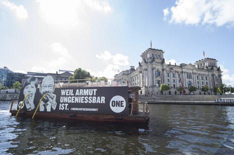 Bootstour durch´s Regierungsviertel: Die Aktion soll vor der Wahl Politiker aktivieren, die Onlinepetition zu unterzeichnen (Bild: Marco Urban)
