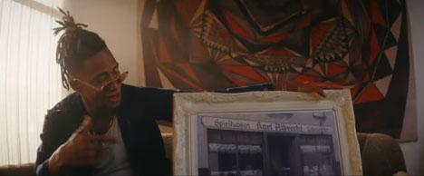 """Rapper Hernandez feiert """"die Erfinder von günstig"""" (Screenshot: YouTube/Aldi)"""