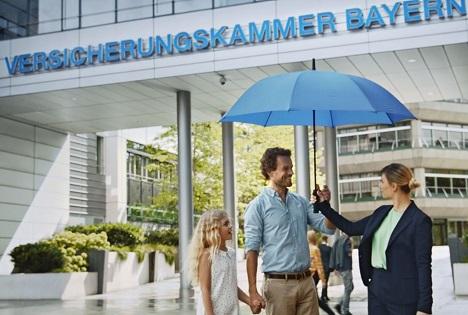 In den TV-Spots wird ein blauer Schirm an die Kunden der Versicherungskammer Bayern übergeben (Foto: spring brand ideas)